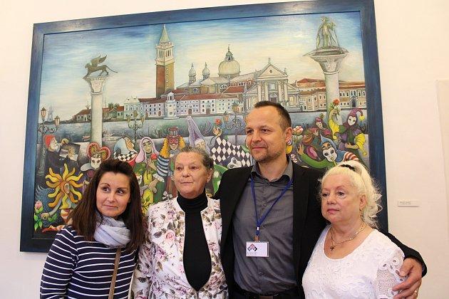 Petr Rajchert na výstavě obrazů Emmy Srncové v českokrumlovských klášterech.