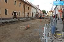 V úseku Linecké ulice z náměstí směrem k hasičárně práce pokračují.