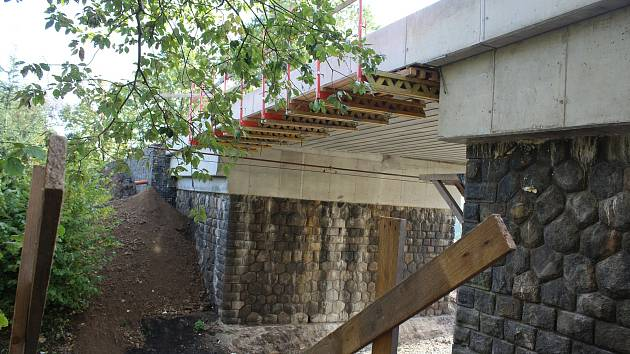 Oprava mostu v Netřebicích.