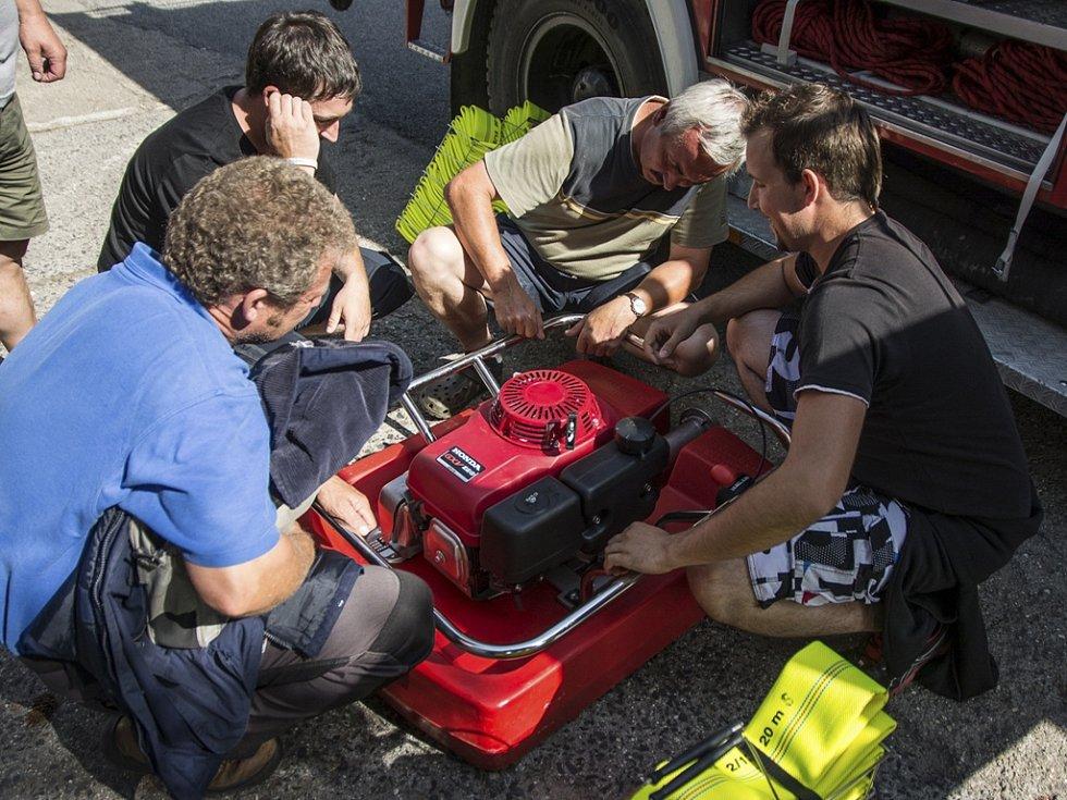 Velešínští hasiči dostali darem hasičskou cisternu.