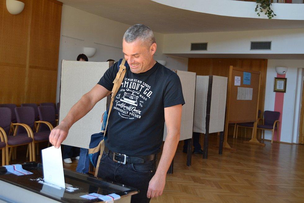 Volby v sále křemežské radnice v pátek odpoledne.