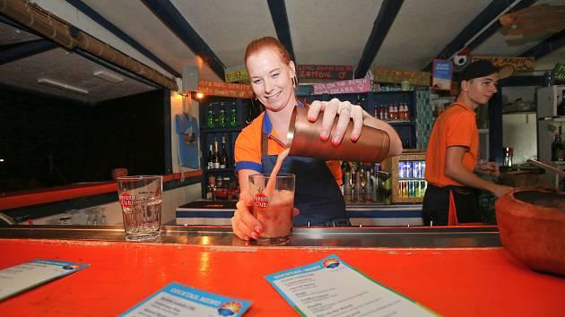 Na Windy Pointu v Černé v Pošumaví si hosté při popíjení letních koktejlů užívají výhled na hladinu Lipna.