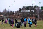 Děti ve Větřní vypustily na dvě stě balónků.