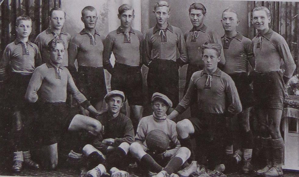 Fotbal v Kaplici píše stoletou historii. Tým z let 1932-34, v němž působili pouze dva Češi. Reprofoto z knihy Sportovní Kaplice/Libor Granec