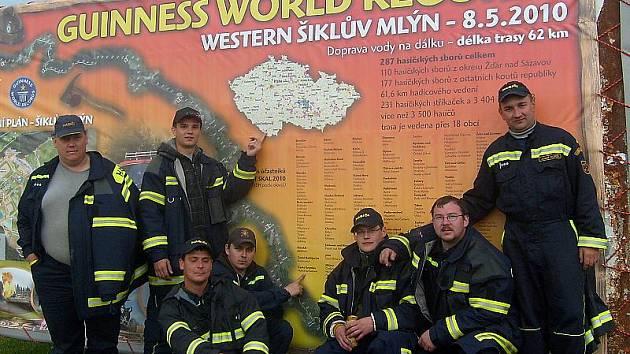 Dobrovolní Hasiči z Hořic na Šumavě. Původně plánovaných 62 kilometrů dokázali nadšenci protáhnout ještě o další kilometr a půl. Sborů dorazilo také ještě více.