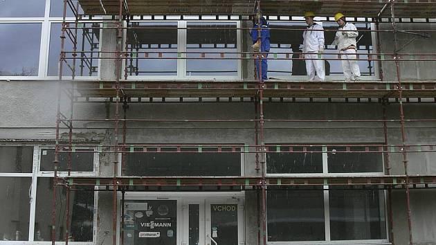 Učni ze třetího ročníku oboru zedník momentálně pracují na fasádě, jejíž dokončení je v této chvíli prioritou kvůli počasí.