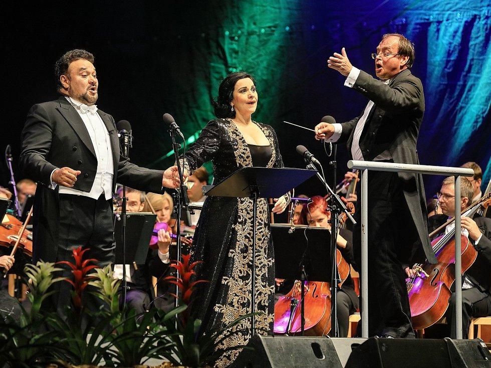 Angela Gheorghiu (soprán) a Ramón Vargas (tenor) zahájili spolu s dirigentem Leošem Svárovským a Pražskou filharmonií. Bohužel počasí nepřálo.