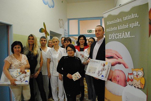 Krumlovská nemocnice od nadace Křižovatka slavnostně přebrala pět monitorů dechu pro miminka.