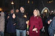 Návštěvníci i půlnoci zcela zaplnili náměstí v českém Krumlově.