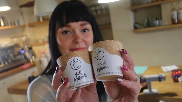 Novinkou v rodinné kavárně Kap Café v Kaplici jsou jedlé kelímky, které může zákazník zkonzumovat. Na snímcích jsou cukrářka Renata Říhová a prodavačka Veronika Pluhařová.