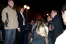 Starosta Kaplice Pavel Talíř (vlevo) při diskusi s účastníky demonstrace na kaplickém náměstí. Napravo od starosty stojí organizátor protestu Tomáš Fesl.