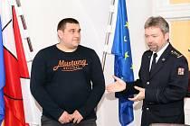 Mykoli Kornievovi poděkovali Pavel Rožboud, ředitel HZS Český Krumlov, a Pavel Talíř, starosta Kaplice.