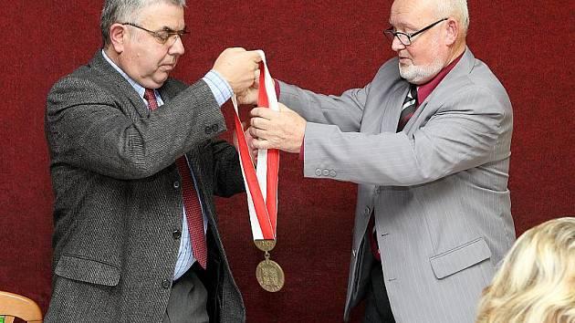 Staronovým starostou Dolního Třebonína se ve čtvrtek večer stal Pavel Ševčík (vlevo). Do funkce jej symbolicky pasoval Antonín Švec, nejstarší zastupitel, jenž jednání zahajoval.