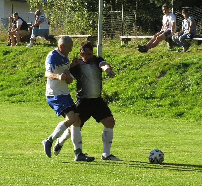 Fotbalisté Lipna (v modrobílém) doma v 7. kole OP podlehli kaplickému béčku 0:3.
