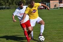 OP muži - 6. kolo: Křemže - Horní Planá 2:2 (zleva v souboji domácí Petr Snížek, který v nastavení zařídil z penalty konečný smír, a hostující kapitán Petr Schönkypl).