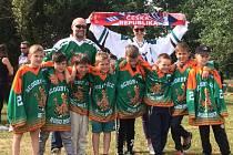 Osmička devítiletých nadějí krumlovského Slavoje v dresech speciálně vyrobených pro turnaj Scooby Ice Hugo v Dunkuerqe (na snímku s ambasadorem týmu Stephanem Lombardem).