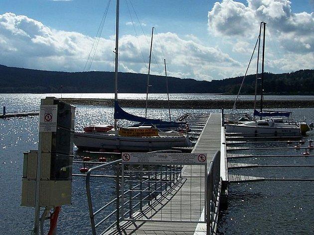 Rekreační park Lipno a Přístav Hruštice s obdobným přístavištěm vyroste v lokalitě Kovářov nedaleko od obce Frymburk na poloostrově v sousedství hotelu Hruštice.