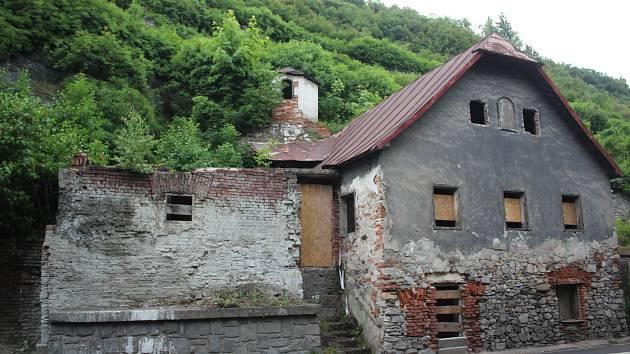 V minulosti byl na tyto domky u řeky při hlavním tahu Českým Krumlovem jistě půvabný pohled. Nyní však roky chátrají a zřejmě je nečeká nic jiného než demolice, nebo zhroucení.