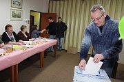 V Dolním Třeboníně na voliče dohlíží a radí jim čistě ženská volební komise. A pro děti jako vždy mají členové komise připravené sladkosti. Napečené buchty si občas vyslouží i nějaký ten volič.