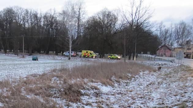 Řidič zemřel za volantem, auto pak vjelo do pole.