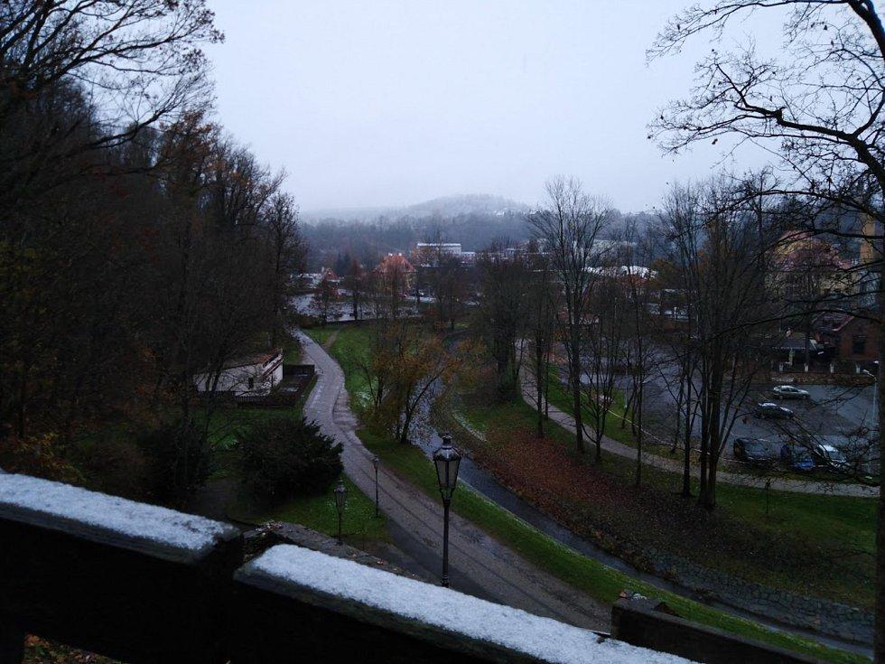 V Českém Krumlově 13. 11. sníh taje, ale ve vyšších partiích, jako třeba na Křížové Hoře, se drží.