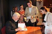 Autogramiáda Roberta Fulghuma v českokrumlovském divadle.