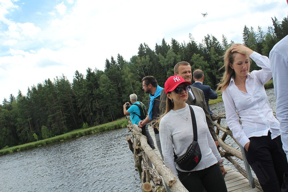 Vojenské lesy a statky ve čtvrtek slavnostně otevřely novou naučnou stezku a návštěvnické centrum Olšina.