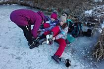Děti z Větřní si po škole užívají bruslení na rybníku.