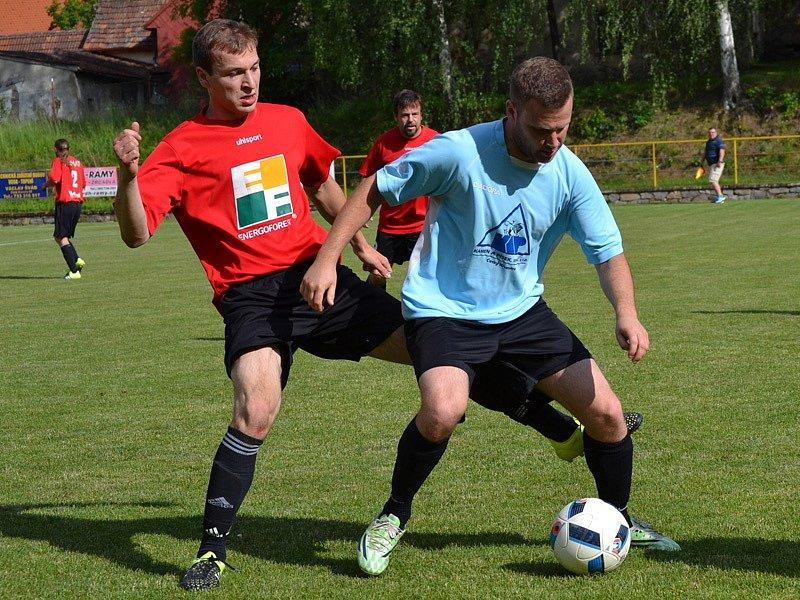 Okresní přebor muži - 21. kolo: SK Zlatá Koruna (modré dresy) - FK Nová Ves / Brloh B 7:2 (3:2).