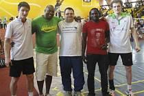 Trojlístek českých badmintonistů ve složení Pavel Florián (vpravo), Radek Votava (uprostřed) a Ondřej Kopřiva (vlevo, na snímku s pořadateli) zažil v Ugandě exotiku, která není srovnatelná s ničím, na co jsou Evropané z mezinárodních turnajů zvyklí.