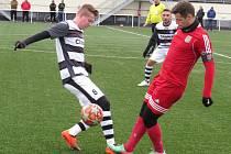 Fotbalisté Kaplice (v černobílém) prohráli v rámci zimní přípravy v Třeboni 0:1.