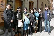 ŠEST STATEČNÝCH. Na první pohled obyčejná turistická fotografie. Ale co se za ní skrývá? Jen šest Japonců této výpravy (na snímku s průvodcem Oto Šrámkem) se po zemětřesení dokázalo dostat na tokijské letiště. O zbylých dvaceti z této výpravy zatím nikdo