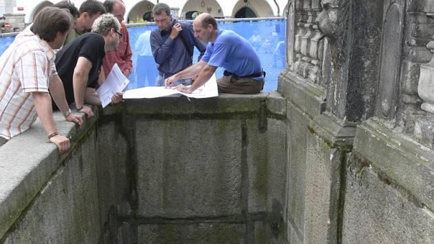 Ačkoliv se to na první pohled nezdá, kašna na českokrumlovském Náměstí Svornosti je pořádně hluboká.