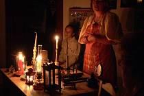 Yvetta  Dejmková návštěvníkům Stifterova domku přiblížila, jak se svítilo v minulosti. Exponáty přinesli místní a další zapůjčilo Regionální muzeum.