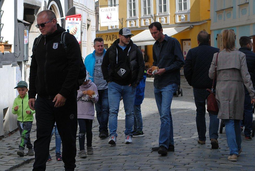 Ulice Českého Krumlova pomalu, ale jistě ožívají.