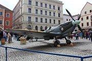 Oslavy výročí osvobození doplnila na náměstí v Českém Krumlově také maketa letounu Supermarine Spitfire Mk.IXc v reálné velikosti.