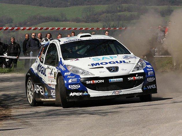 Vítězství z předchozích tří ročníků krumlovské rallye bude obhajovat posádka Peugeotu 207 Super 2000 Roman Kresta a Petr Gross. Na snímku z Mogul Rallye Šumava.