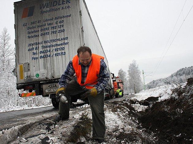 Řidič havarovaného kamionu Václav Hroneš také pomáhal uklízet následky nehody.