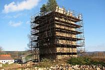 """Po zednících, kteří tvrz v Tiché opustí v květnu, si památku vezmou """"do parády"""" tesaři. Ti zde postaví i nové schodiště."""