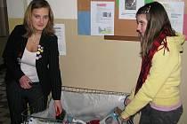 O sběrný kontejner se ve Větřní starají Markéta Kubíková a Monika Opelková.