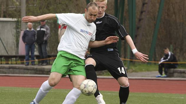 V posledních čtyřech zápasech dali fotbalisté krumlovského Slavoje pouze dvě branky a obě nesou podpis Rudolfa Weinharda (vlevo, v souboji se strakonickým Petráněm).