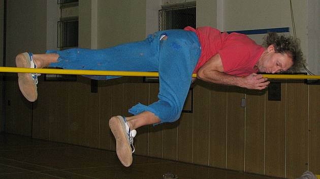 Budějovický veterán Jaroslav Lorenc se zahříval na základní výšce ještě v letitém sportovním úboru, ale v závěru už dokonce atakoval světový rekord ve své věkové kategorii.