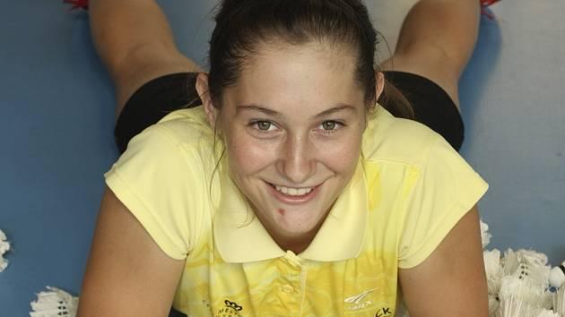Českokrumlovská hráčka Lucie Černá (na snímku) má důvod k úsměvu. Po zranění se vrátila na kurty a při domácím mezinárodním šampionátu dospělých sehrála velmi dobrý zápas se slovinskou legendou Majou Tvrdy.