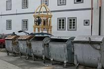 Současné kontejnery u kláštera v Českém Krumlově.