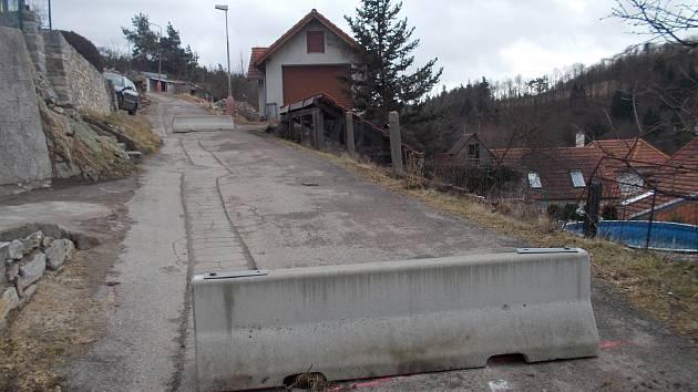 Statik doporučil uzavřít cestu nad sesunutou zdí. Uzavírka skončí po odtranění havarijní situace