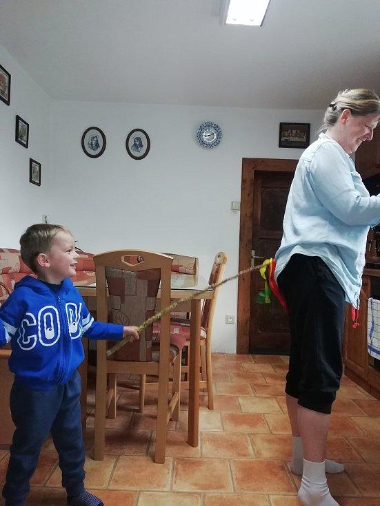 Ćtyřletý Pavlík koledoval u sestřičky a babiček.