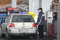 Podle provozovatelů čerpacích stanic tankují lidé  stejné množství pohonných hmot, ať jsou levné, nebo drahé.