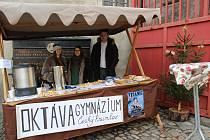 Oktaváni krumlovského gymnázia zvou na předvánoční punč a cukroví, stánek mají pod zámkem v pátek do 20 hodin.