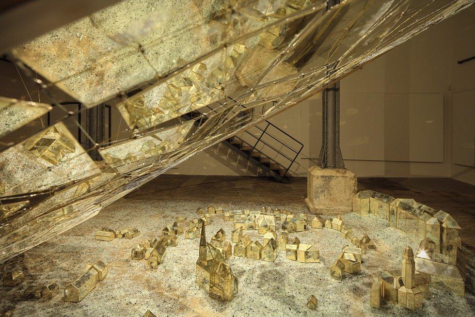 Japonský sochař Tets Ohnari vytvořil v Egon Schiele Art Centru instalaci ze skla a kovu, která je inspirovaná Krumlovem a tvorbou Egona Schieleho.
