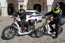 Městští policisté si ektrokoloběžky pochvalují.